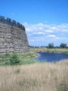 Burgwall und Wassergraben / Foto: Wikiepedia / Olaf2 / CC-BY-SA-3.0-migrated
