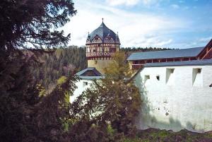 Schloss Burgk: Wehranlage mit Rotem Turm / Foto: Zacke82 / CC-BY-SA-3.0,2.5,2.0,1.0