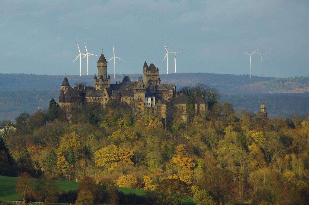 """Blick auf Schloss Braunfels und den existiernden Windpark Hohenahr in 16 km Entfernung. Dass Tele sorgt für den """"zum-Greifen-nah-Effekt"""" / Foto: Meinolf Schmidt"""