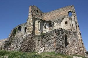 Die Burgruine: Gut zu erkennen sind die Reste der Burgkapelle im ersten Stock / Foto: Wikipedia / Robotriot  / CC BY 3.0 DE