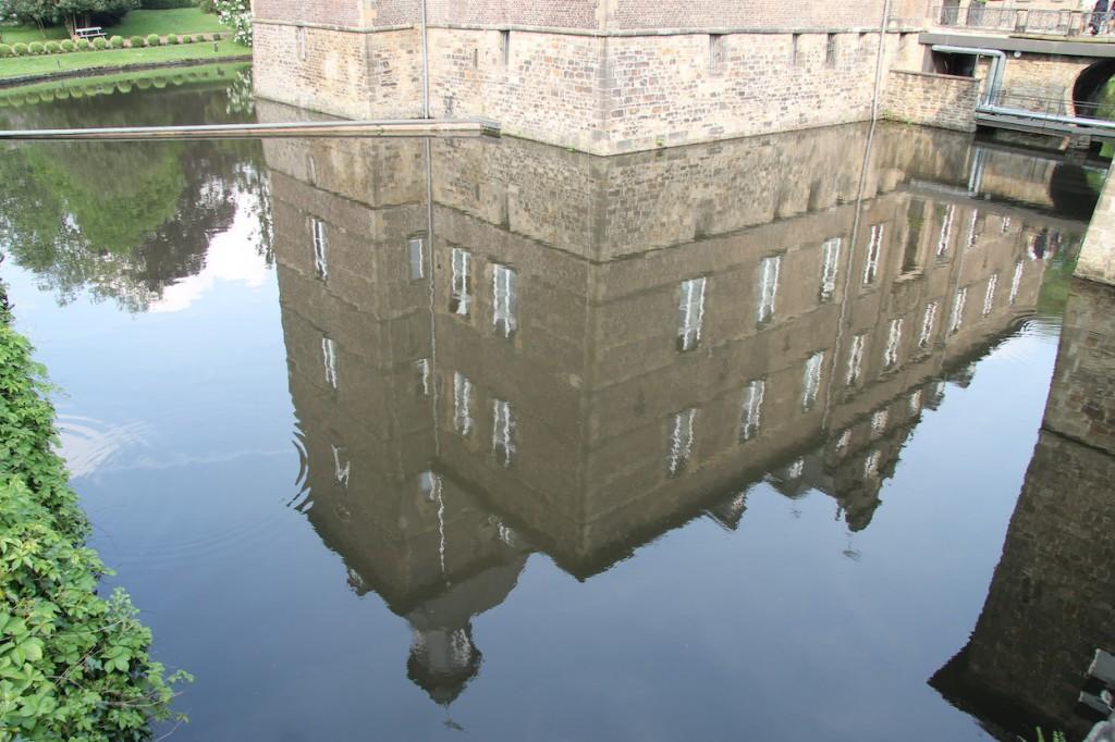 Schloss Hugenpoet spiegelt sich...
