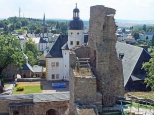 Blick von der Burgruine auf Schloss Frauenstein / Foto: Wikipedia / Geissler Martin /