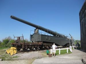 """Kleiner Bruder"" der Riesen-Kanone: Ein K5-Eisenbahngeschütz am ""Atlantikwall"" / Foto: Burgerbe.de"