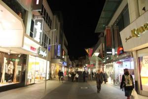 Krefeld: Einkaufsstraße  Hochstraße  am Abend / Foto: Burgerbe