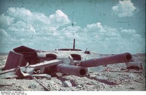 Einer der beiden Türme der Küstenbatterie Maxim Gorki I nach der Zerstörung / Foto: Wikipedia/Bundesarchiv/CC BY 3.0 DE