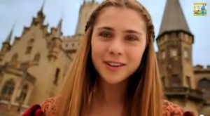 Sam Haselton (Tessa de Josselin) vor der Schlosskulisse / Bild: Screenshot Youtube