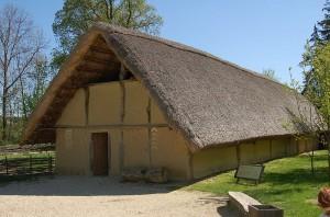 Rekonstruiertes Jungsteinzeit-Haus auf dem Mamuz-Museumsgelände / Foto: gemeinfrei