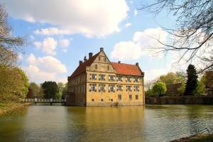 Burg Hülshoff wurde als Geburtsort der Dichterin Annette von Droste-Hülshoff bekannt