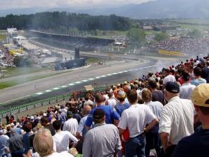 Nahe des Schlosses liegt der von Mateschitz 2004 gekaufte, ehemalige A1 Ring. Das Bild stammt von 2003 (DTM-Rennen) / Foto: Wikipedia /  Faf-racing.at.tt / CC BY 3.0