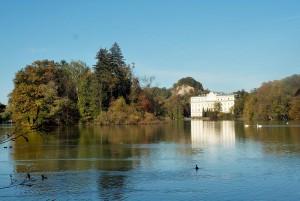 Das Schloss liegt malerisch am Leopoldskroner Weiher / Foto: Wikipedia / MatthiasKabel