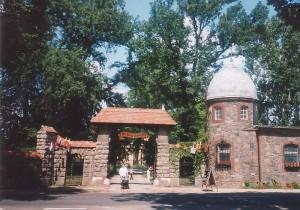 """Eingangsbereich von Schloss Schenkendorf, als es noch """"Schloss Dracula"""" hieß / Foto: Wikipedia / OnkelJohn"""