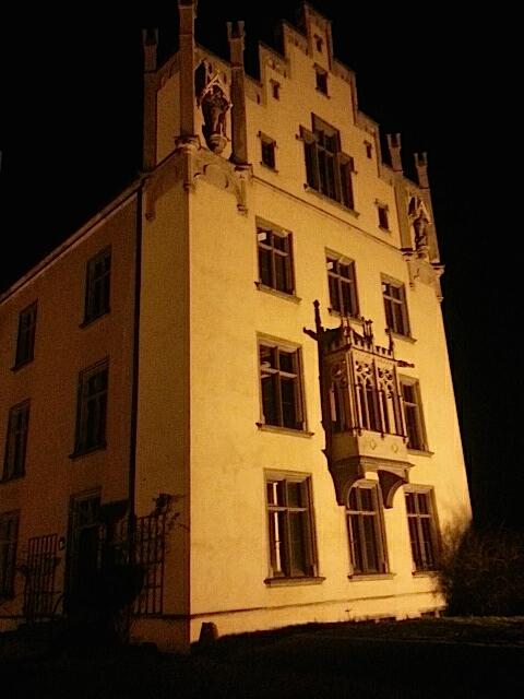 Nachts wird Schloss Arenfels angestrahlt / Foto: Burgerbe.de