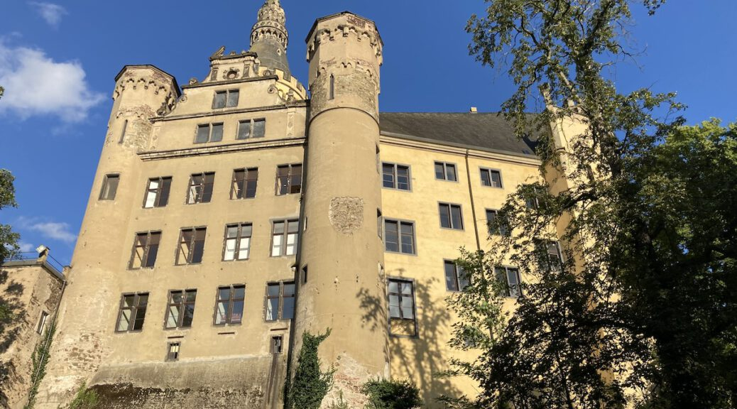 Schloss Arenfels hoch über dem Rhein