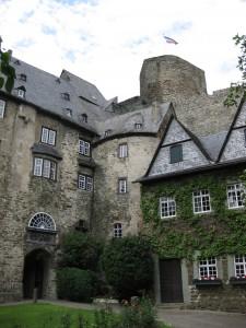 Burg Runkel: Die Unterburg wurde wieder aufgebaut