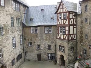 Auf Burg Runkel sehen auch die Innenhöfe wehrhaft aus