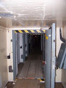 Blick durch den Haupteingang ins Bunkerinnere / Foto: Ranofuchs / CC BY 3.0 DE