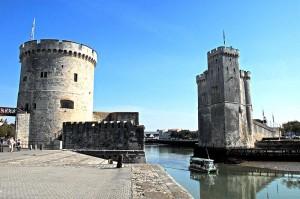 La Rochelle: Das Hafenportal aus den Türmen Tour de la Chaine und Tour St.-Nicolas / Foto: Wikipedia / Jochen Jahnke / CC BY 3.0 DE