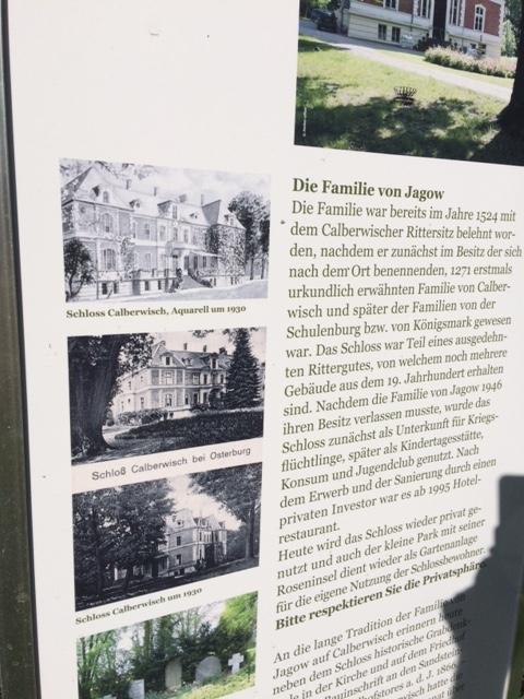 Infotafel vor Schloss Calberwisch bei Osterburg / Schloss-Foto oben: Wikipedia / Nephantz! / CC BY 3.0 DE