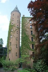 Sieht aus wie ein mittelalterlicher Wohnturm, stammt aber aus 1997: Der Neue Turm