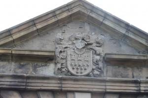 Am Portal prangt das Kölner Wappen