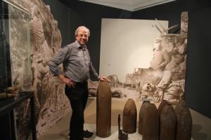 Ausstellung zum Ersten Weltkrieg im Museum Burg Linn: Museumsleiter Dr. Christoph Reichmann mit Exponaten