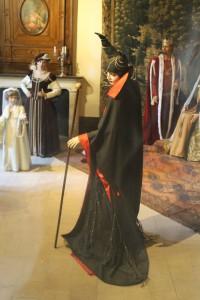 Die Hexe aus Dornröschen steht in Lebensgröße im Schloss
