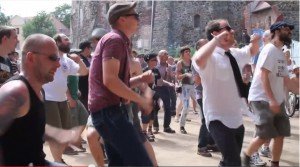 "Tanzendes Volk beim ""This is Ska-Festival"" vor Burg Rosslau / Bild; Screenshot Youtube"