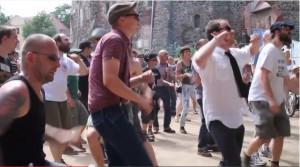 """Tanzendes Volk beim """"This is Ska-Festival"""" vor Burg Rosslau / Bild; Screenshot Youtube"""