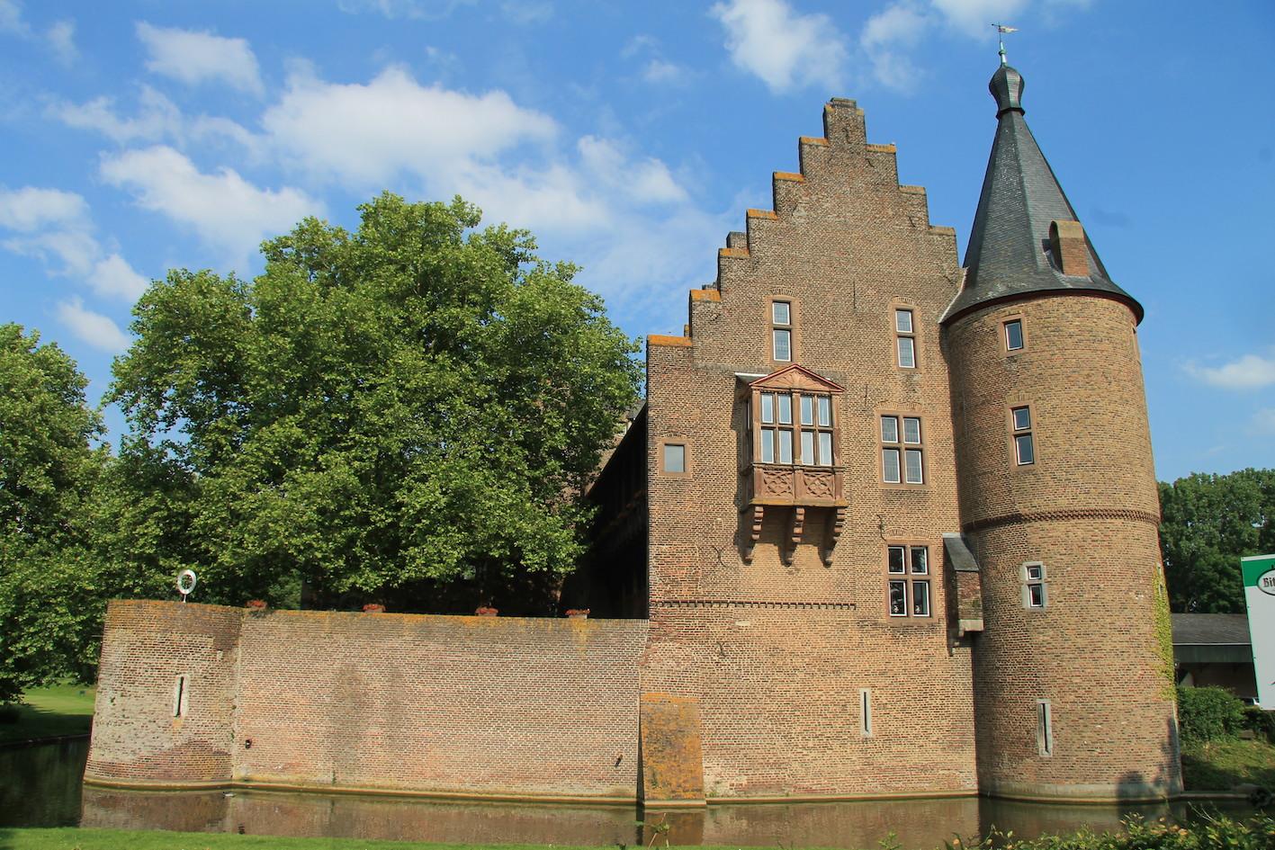 Burg Konradsheim mit dem historischen Erker: Bestens restauriert