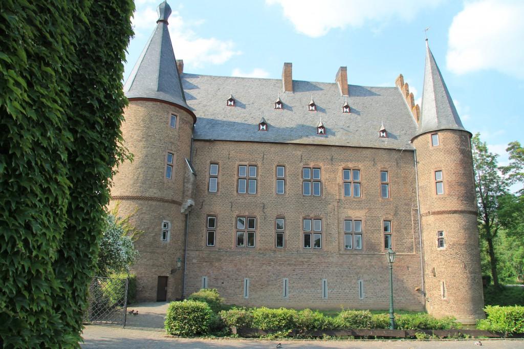 Fassade des Herrenhauses. Hinter den Fenstern liegen Burg- und Rittersaal