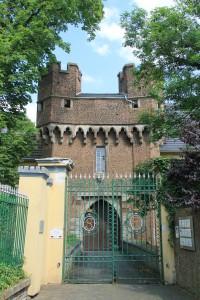 Privatbesitz - kein Zutritt: Tor zur Landesburg Lechenich