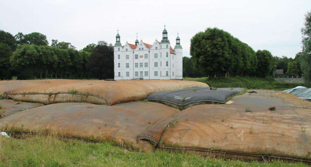 """Kissen voller Schlamm (""""Geotubes"""") liegen vor Schloss Ahrensburg / Fotos: Burgerbe.de"""