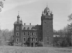 Im Schatten des gotischen Bergfrieds: Schloss Harff kurz vor der Sprengung / Foto: Sammlung Ludger Allhoff / gemeinfrei