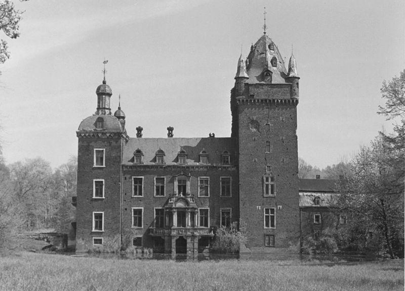 Im Schatten des gotischen Bergfrieds: Schloss Harff kurz vor der Sprenkung / Foto: Sammlung Ludger Allhoff / gemeinfrei
