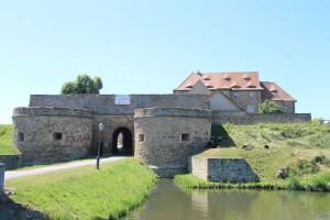 Tor zur Wasserburg und zweiter Wassergraben