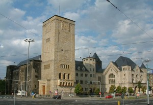 Der prägnante Turm des Posener Schlosses wurde nach dem Krieg um 20 Meter grkürzt