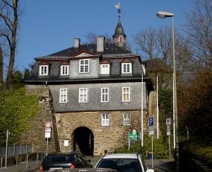 Das Torhaus mit dem Haupteingang zum Schloss / Foto: Wikipedia / Bob Ionescu / CC BY 3.0