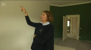 Elisabeth von Elmenau zeigt dem Bayerischen Fernsehen ihr Schloss. Hier das Jagdzimmer / Bild: Screenshot