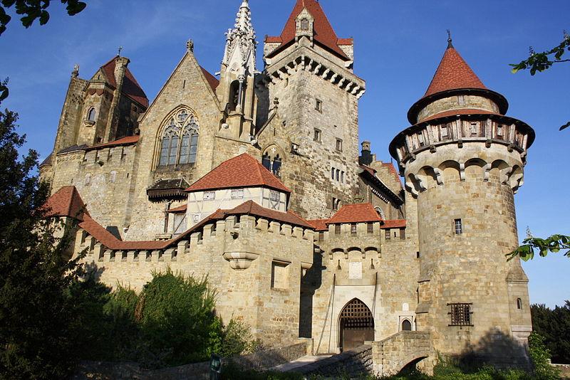 """Burg Kreuzenstein wird wieder zu Drehort: Diesmal für die US-Kinoproduktion """"The Quest"""" / Foto: Wikipedia / © Bwag/Commons / CC BY-SA 3.0"""