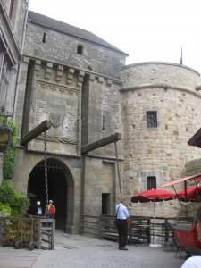 Eine Zugbrücke sichert den Eingang der Klosterburg
