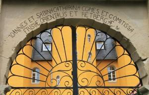 Inschrift am Portal des Holter Schlosses deutet auf Gleichberechtigung von Ostfriesen-Graf und Gräfin