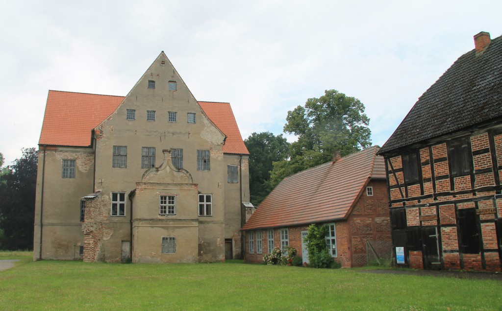 Zum Schloss gehören noch Wirtschaftsgebäude (rechts)