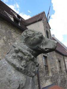 Skulpturen von Jagdhunden bewachen die Schlossgebäude. Die Ohren fehlen...