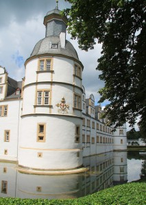 Schloss Neuhaus: Eckturm mit Wassergraben