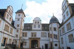 Der Schlosshof mit Blick zur Stadt