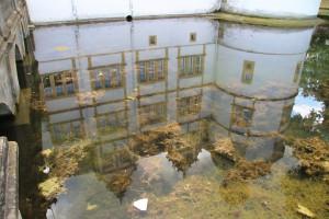 Schloss-Spiegelung im Wassergraben
