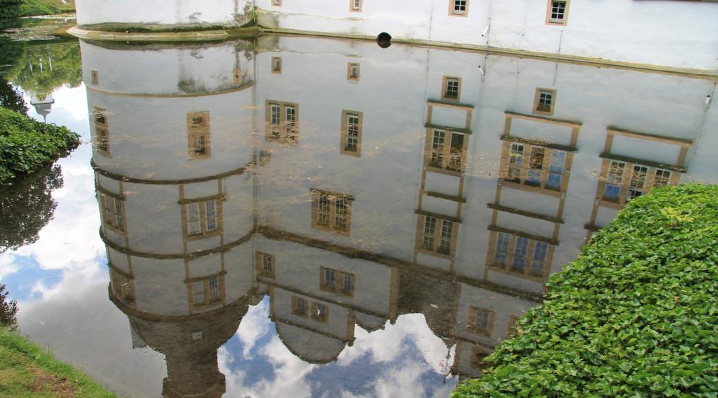Schloss Neuhaus: Spiegelung im Wassergraben / Fotos: Burgerbe.de