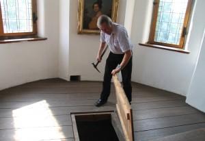 Geht doch: Die Falltür in einem ehemaligen Wehrtturm (heute Teil der Ausstellungsräume) ist offen