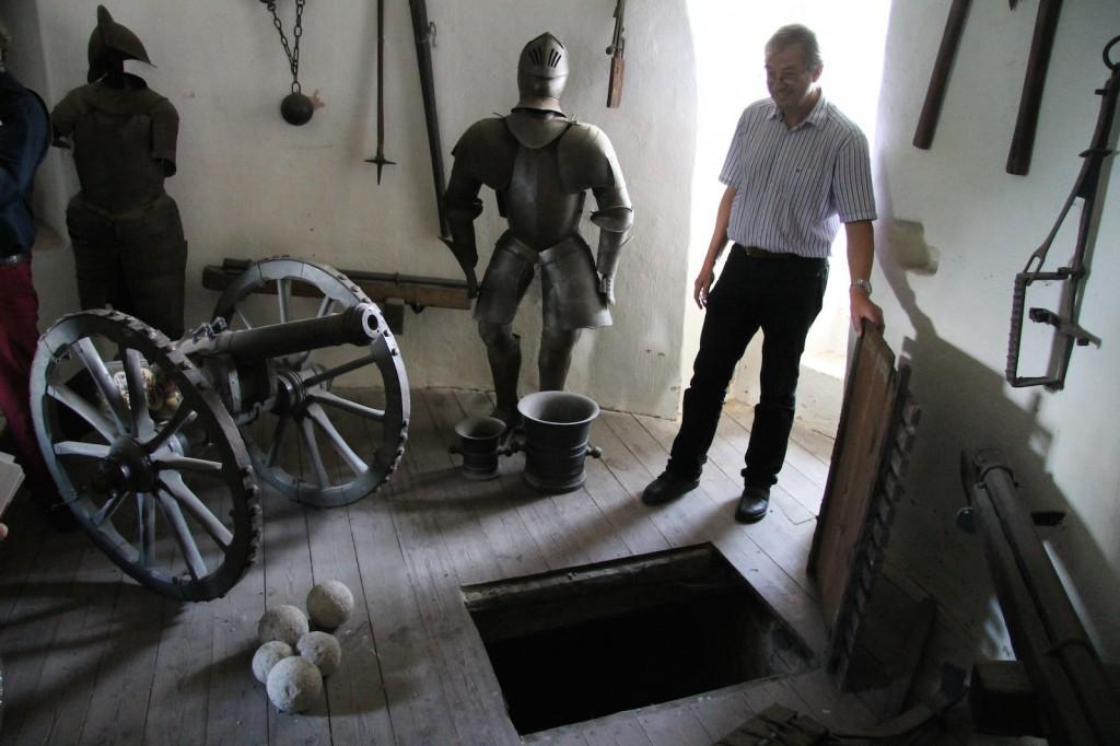 Auf Burg Linn gibt es diverse Falltüren. Museumsleiter Dr. Reichmann öffnet eine... / Fotos: StadtSpiegel/Burgerbe
