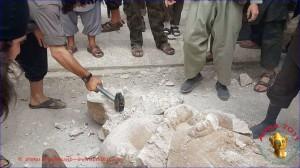 Das Foto soll die Zerstörung einer assyrischen Statue aus Tell Ajaja (Nordsyrien) zeigen (Foto: www.apsa2011.com)